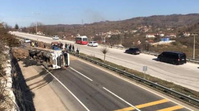 Tomruk yüklü TIR devrildi; D-655 karayolu trafiğe kapandı