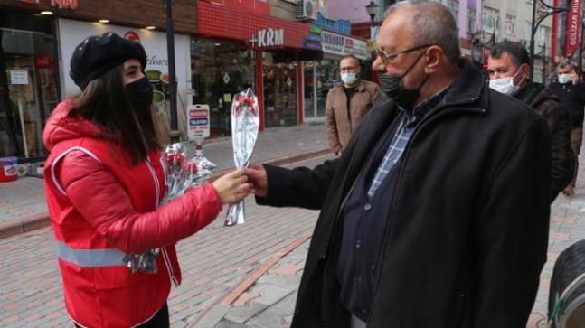 2020'de kadın cinayetinin işlenmediği kentimizde erkeklere çiçek dağıtıldı