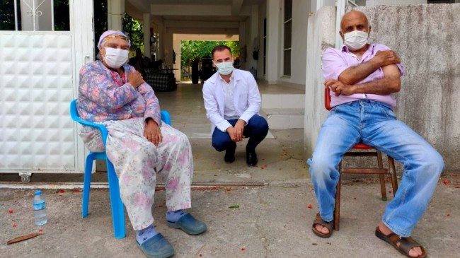 Aydın'da aşıdan korkan yaşlı çift, ikna edildi