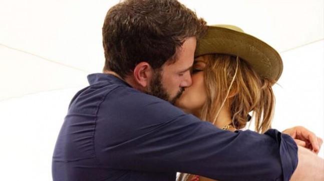Ben Affleck ile öpüşme pozunu paylaşan Jennifer Lopez'e beğeni yağdı